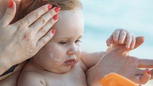 Как лечить потницу у новорожденных — симптомы, причины, виды и профилактика