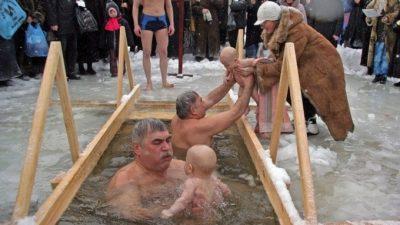 Полезно ли нырять в прорубь или обливаться холодной водой и можно ли купаться на Крещение при простатите? ЛечениеБолезней.com