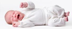 Когда начинаются колики у новорожденных: правила действия