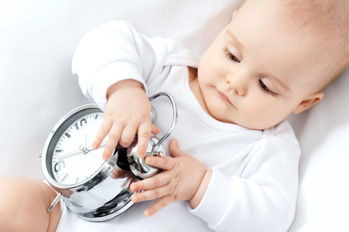 Новорожденный плохо спит днем — как помочь малышу восстановить график сна