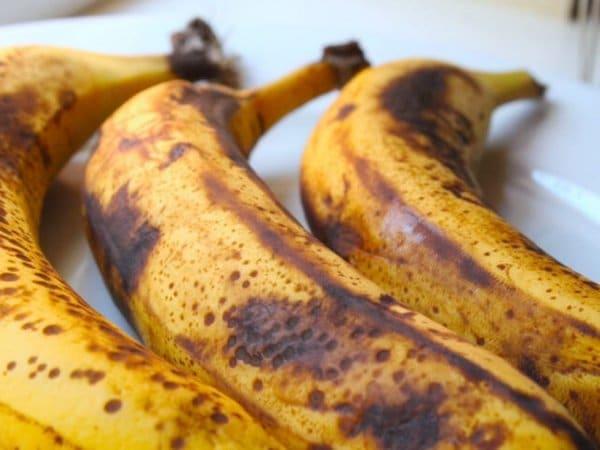 Причины появления изжоги от бананов и что делать