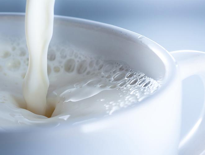 Молоко в чашке
