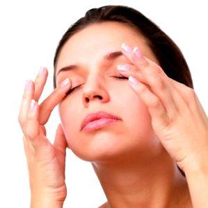 женщина делает себе массаж глаз для улучшения зрения