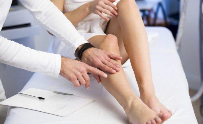 Фото: обследование ног у доктора